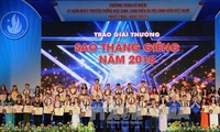 "Vietnamese students honored with ""January Star"", ""Five-Virtue Student"" Awards"