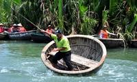 ホイアン市でお椀舟の軽技パフォーマンス
