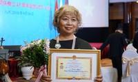 小松みゆきさん、「各民族間の平和・友好のため」勲章を受章