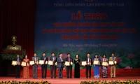 労働組合の第1回グエン・バン・リン賞の授与式