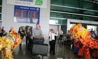越南各地迎接2013新年首批游客