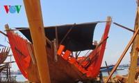 协助渔民制造铁壳渔船更好地出海作业