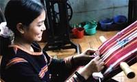 依靠传统纺织业改善少数民族妇女的生计