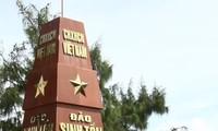 越共中央宣教部工作代表团探望生存岛军民