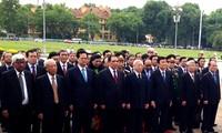 越南党和国家领导人上香缅怀历代英雄烈士并入陵瞻仰胡主席遗容