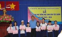 和平省教育培训厅向2015年特困优秀学生赠送礼物