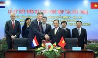 胡志明市和荷兰埃门市促进物流领域合作