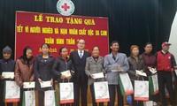 越南祖阵中央委员会主席阮善仁向南定省政策优抚家庭拜年