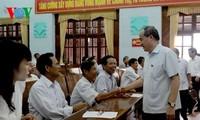 越南祖国阵线中央委员会主席阮善仁与北江省选民接触