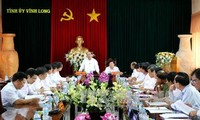 阮春福与永隆省领导人座谈