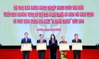 邓氏玉盛出席河内优秀企业和企业家表彰会