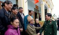 越南国防部长吴春历与河南省选民接触