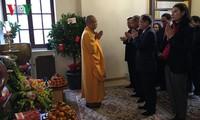 旅法越南人举行年初入寺拜佛活动