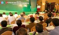 致力开展与农民农业生产活动同行活动