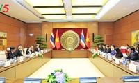 阮氏金银同泰国立法议会主席蓬佩举行会谈