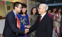 阮富仲看望越南驻印度尼西亚大使馆工作人员