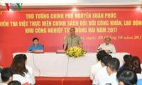 阮春福视察同奈省工会相关设施并与工人对话