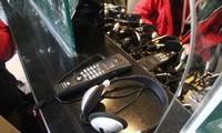 河内文庙国子监使用新的语音导览设备 更好地服务游客的需求