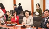 韩国总统夫人会见越南留学生