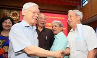 越共中央总书记阮富仲与河内选民接触