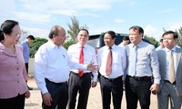 阮春福视察VinFast汽车和电动摩托车生产厂