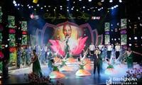 """同塔省和义安省举行""""同一朵红莲""""艺术晚会纪念胡志明主席诞辰128周年"""