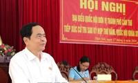 越南祖国阵线中央委员会主席陈清敏与芹苴市选民进行接触