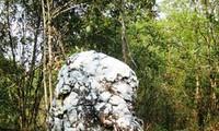 莱州省边境地区哈尼族的圣石——白石老人