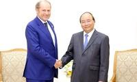 阮春福会见意大利忠利保险公司首席执行官多纳德