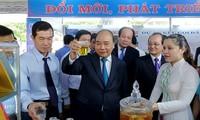 阮春福与前江省领导人座谈