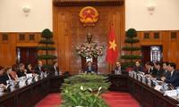 越南政府副总理王庭惠会见法国企业代表团