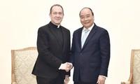 阮春福会见梵蒂冈圣座国务院外交部次长卡米莱里