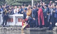 阮富仲与夫人和越南侨胞一同出席放鲤鱼送灶君仪式