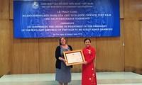向积极援助越南橙剂受害者的一名美国妇女颁发友谊勋章