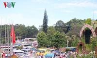 节假日期间越南各个旅游景点接待大量游客