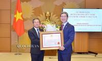 向韩越友好议员小组主席颁发友谊勋章