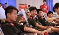 全国多地居民积极参加人道志愿献血活动