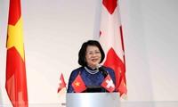 越南国家副主席邓氏玉盛会见旅居瑞士越南知识分子和留学生