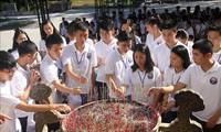 越侨青年和大学生在长山国家烈士墓园上香感恩英烈