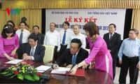 VOV dan Kementerian Pendidikan dan Pelatihan menanda-tangani permufakatan kerjasama komunikasi