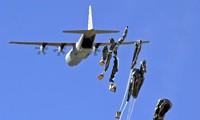 Amerika Serikat menjatuhkan senjata untuk pasukan orang Kurdi di Kobane