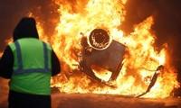 Les gilets jaunes sèment le chaos à Paris, Macron dénonce les violences