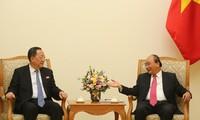 Ri Yong-ho reçu par Nguyên Xuân Phuc