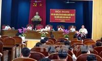Kandidaten für Parlamentswahlen treffen Wähler