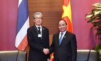 Premierminister Nguyen Xuan Phuc trifft Thailands Vizepremierminister Somkid