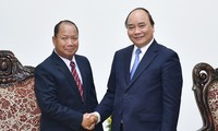 Premierminister Nguyen Xuan Phuc empfängt den laotischen Sicherheitsminister