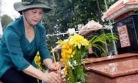 Nguyen Thi Kim Ngan besucht Familien der Menschen mit Verdiensten in Ho Chi Minh Stadt
