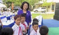 Dang Thi Ngoc Thinh überreicht Geschenke an Familien der Menschen mit Verdiensten
