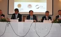 Vuong Dinh Hue nimmt am Seminar über Investitionsförderung in Brüssel teil