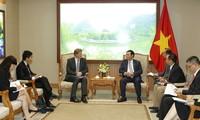 Vizepremierminister Vuong Dinh Hue empfängt den Direktor für Asien-Pazifik-Region der WEF